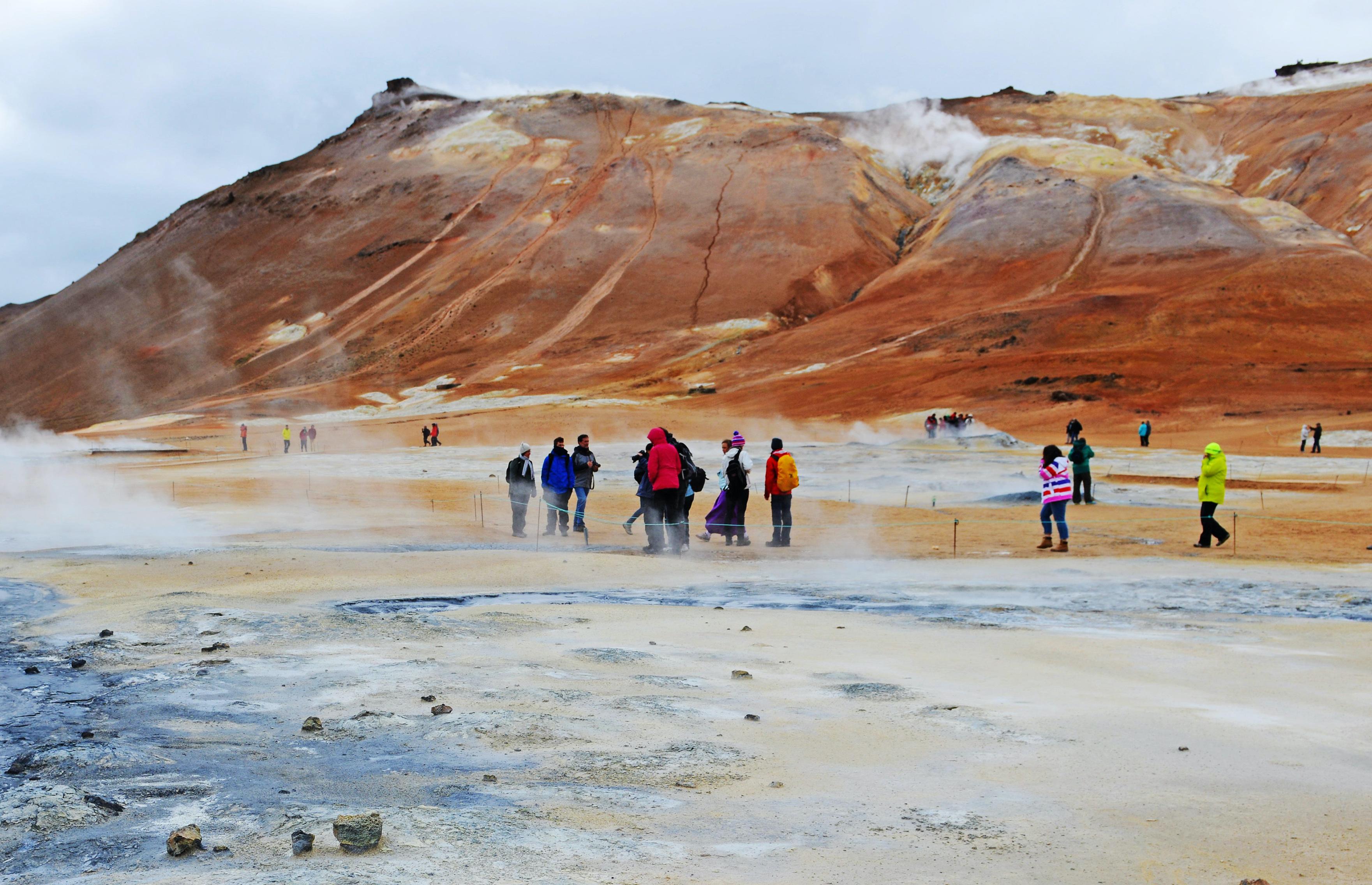 冰島最刺激的旅行體驗,徒步100度的地熱泥漿區,遊客:嚇得冒汗