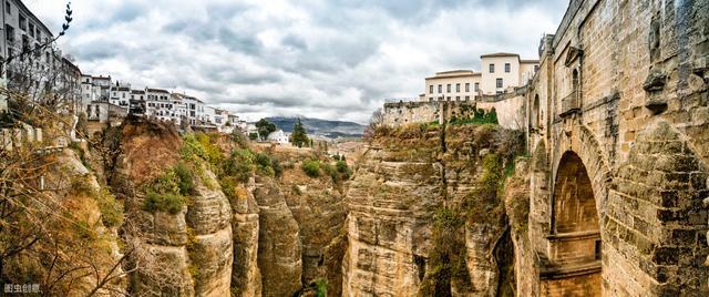 建在懸崖上的城市,打開窗戶就是懸崖,讓人感覺身在電影中