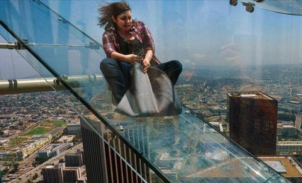 世上最刺激的娛樂項目,無保護措施從70樓往下滑,看著都緊張