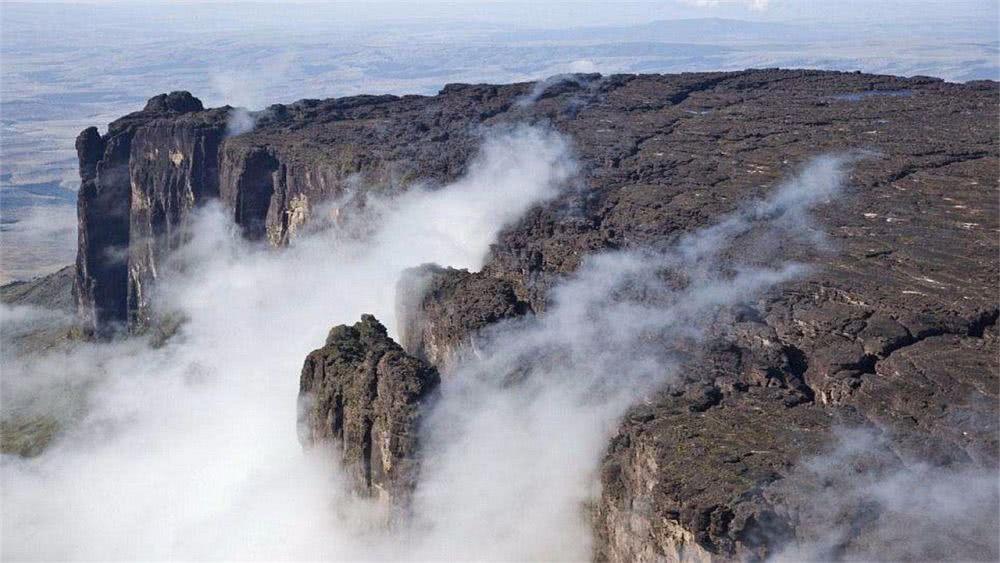 """[新聞] 巴西被稱為""""世界盡頭""""的山,山頂平坦,還蘊藏著大量水晶"""