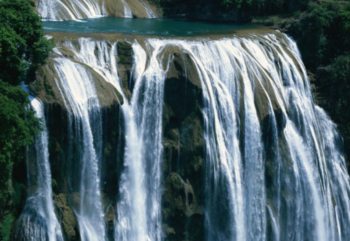 [新聞] 全球最刺激的游泳池,位於100米高空的瀑布邊上,卻不會掉下去!